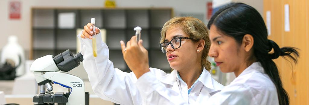 Talentos Pronabec científicas en laboratorio